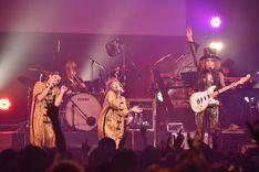 左から吉村由美、大貫亜美、ROLLY。(写真提供:Warner Music Japan)