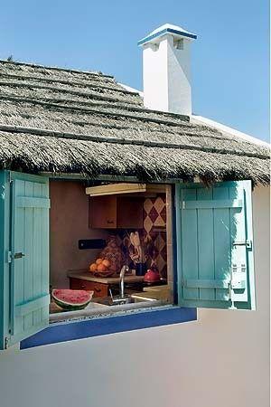 Em uma vila de pescadores em Portugal, a designer Marta Mantero criou um bangalô cativante, com chão de terracota e teto de palha. Exóticos, os móveis e os enfeites marroquinos fundem continentes em um pedacinho de paraíso