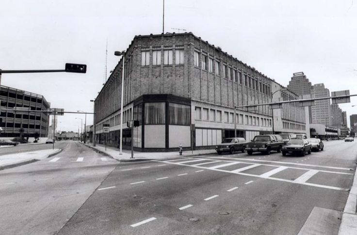 The '90s: San Antonio's old downtown Sears store stood as a symbol of America's booming retail industry for about 40 years, before it was razed to make room for today's distinctively geometric, earthy red Central Library. Photo: JOE BARRERA JR., Express-News / SAN ANTONIO EXPRESS-NEWS