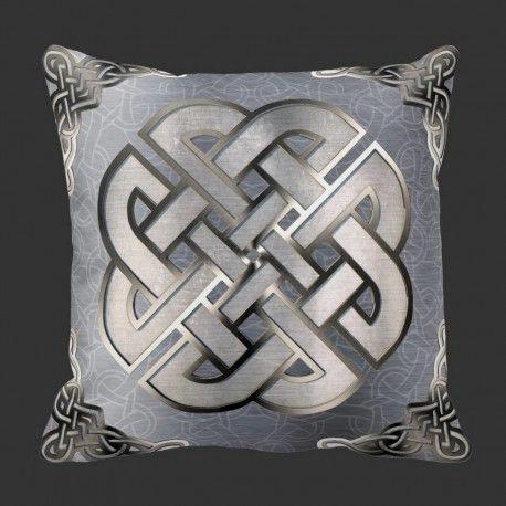 Pute KeltiskKnut-stål  design putetrekk  Pyntepute som forener gammel keltisk stil og moderne tolking.  Bakers har jeg et dongri mønster, så kommer sømløs keltiske knuter og på toppen en stor Knut rammet inn av andre i hjørnene.  Denne passer i alle fine stuer :-)  #pynteputer #interior #hjemmedekor #designputer #keltisk #viking