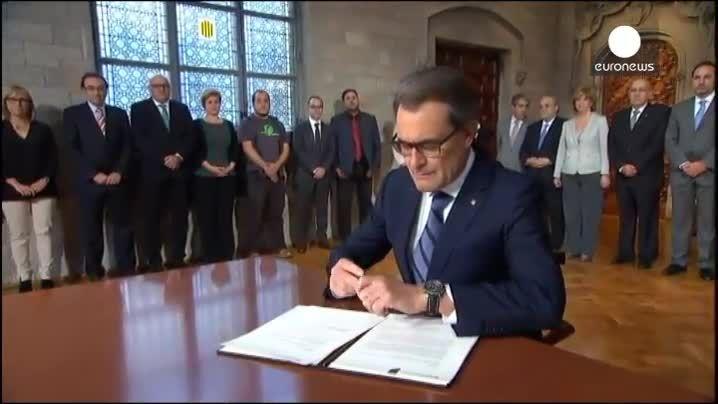"""""""Malgré son échec, le référendum sur l'indépendance de l'Ecosse a fait des envieux. Ainsi, en Espagne, le président de la riche région de Catalogne, Artur Mas, a défié Madrid ce samedi en convoquant pour le 9 novembre un référendum.  """"Nous voulons voter"""", a-t-il déclaré après la signature solennelle du décret au palais de la Generalitat, le gouvernement catalan"""""""