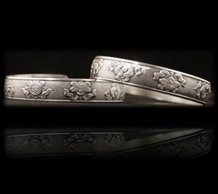 Einzigartiges  Silberarmband Handarbeit Dekor: die 8 glückverheißenden Zeichen aus dem Buddhismus Material: Miao Silber (30% Silber + Weißmessing) Abmessung :   1 cm Breit