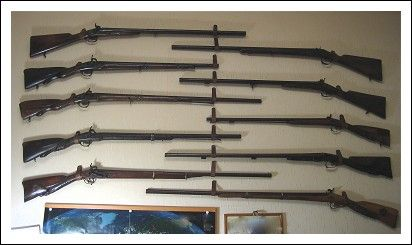 Collezione di circa 70 pezzi tra armi da fuoco, armi bianche e complementi. Antiquariato su Arsantik