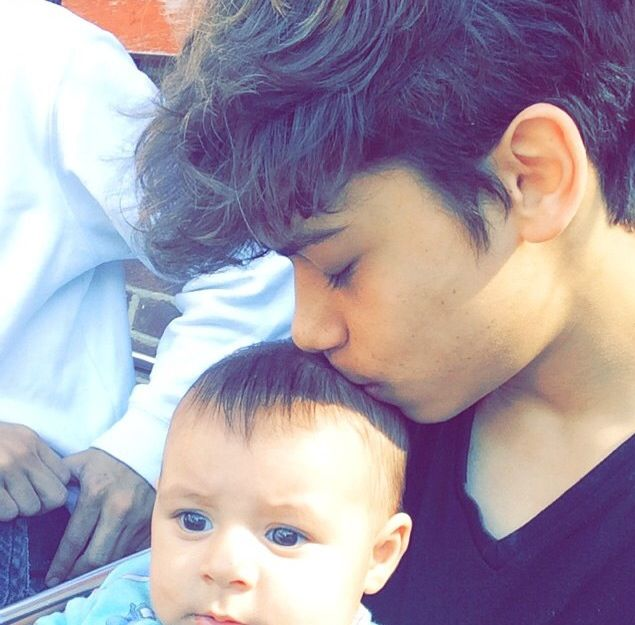 Harris and a baby omg this can't get any cuter #HarrisJ