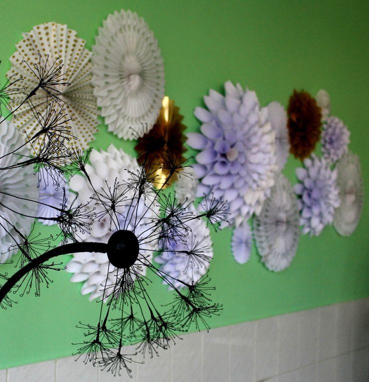 Detalles flores hechas a mano en papel y escultura en alambre de diente de león.