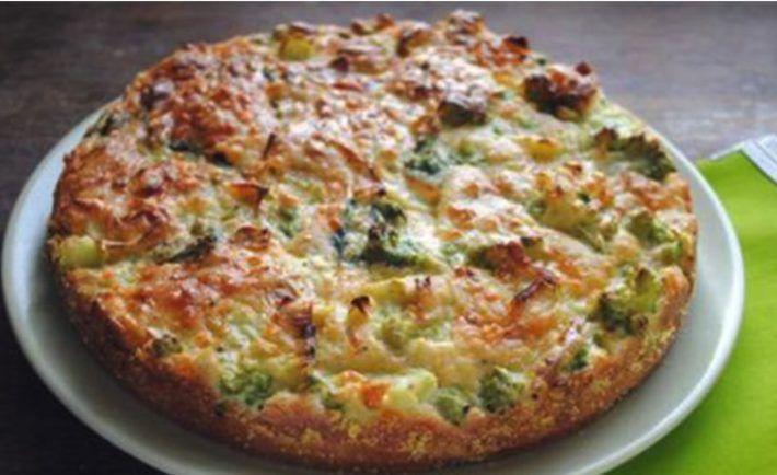 Suroviny: 1 ks brokolica 1 ks biely jogurt 4 ks vajcia kuracie šunka korenie soľ strúhanie syr (parmezán, čedar – podľa chuti) Postup prípravy: 1)Brokolicu uvaríme v osolenej vode. Vyberieme, nakrájame na menšie časti a necháme mierne vychladnúť. 2)Pridáme jogurt, rozmiešané vajíčka, nakrájame šunku, soľ, korenie a premiešame. Navrstvíme do zapekacej misky, ktorú sme vystlali papierom na pečenie. Pečieme vo