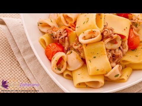 La CALAMARATA (pasta with squid sauce) è un tipico primo piatto partenopeo a base di calamari, composto da un originale formato di pasta che, per le sembianze, assomiglia a degli anelli di calamari.  Qui la #ricetta: http://ricette.giallozafferano.it/Calamarata.html  #GialloZafferano #primipiatti #pesce