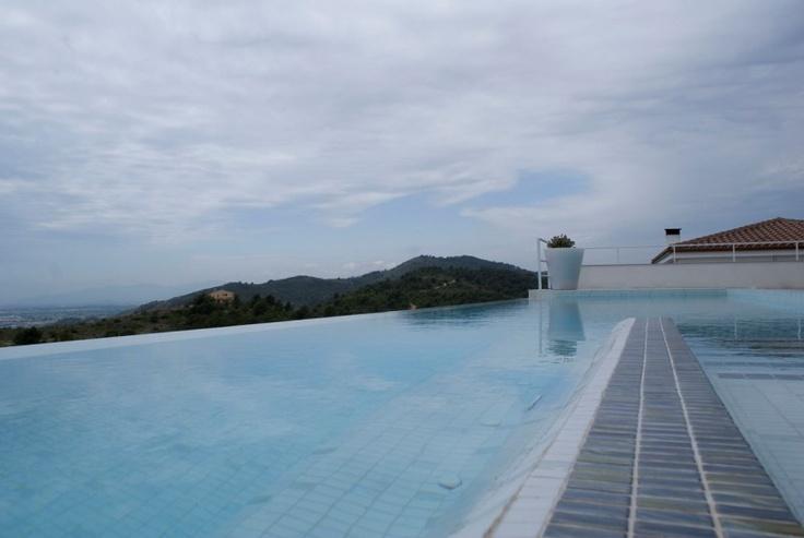 la piscina se confunde con el horizonte