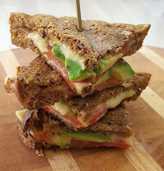 Een heerlijke koolhydraatarme tosti met avocado voor de gezonde vetten, tomaat en de 30+ kaas voor de eiwitten. Deze tosti vult goed.