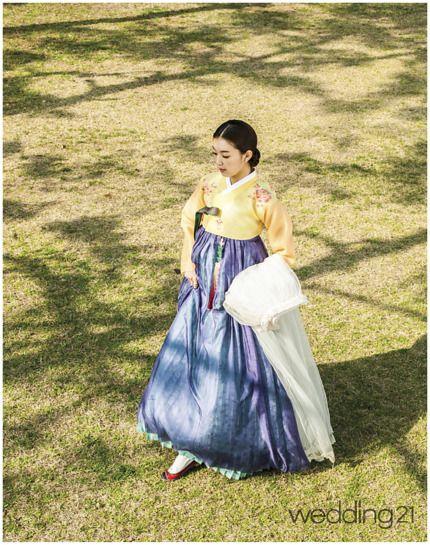 [웨프뉴스/월간웨딩21 편집팀]designed by 한국의상 백옥수바람의 옷이라 불리는 한복의 미를 극명하게 보여주는 한복. 부드러운 미색 치마가 수줍게 핀 봄꽃처럼 곱다. 몸판이 긴 저고리는 1920년대 장저고리 형태로, 고름의 길이와 폭을 짧고 좁게 만들어 저고리의 균형을 완성했다.장옷은 옛 여인들이 외출할 때 꼭 가지고 다니던 겉옷이다. 봄을 상징