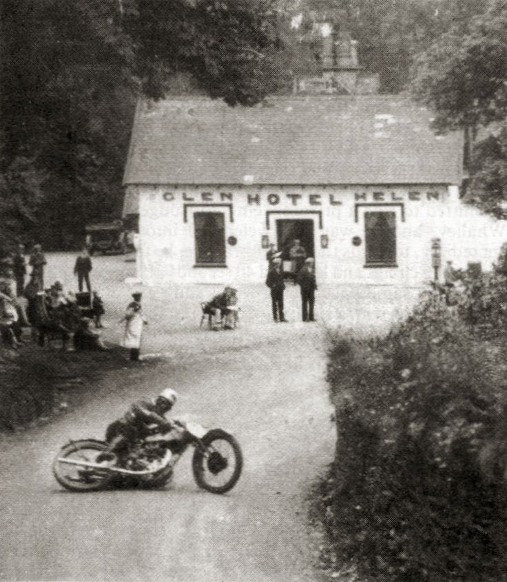 Henry Tyrell-Smith on a Rudge during the 1929 Senior event at Isle of Man TT.  Via http://sideburnmag.blogspot.com/