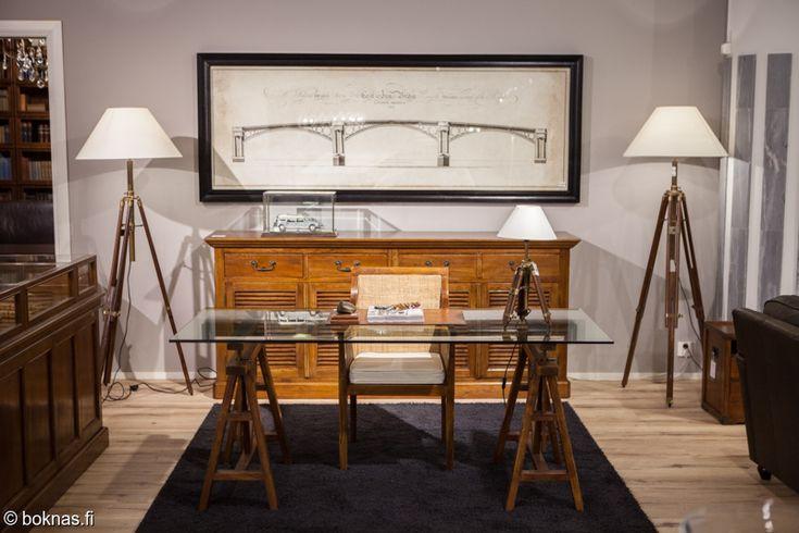Club Vintage Interior, tamminen Morrison senkki, Shaker-työpöytä lasikannella.