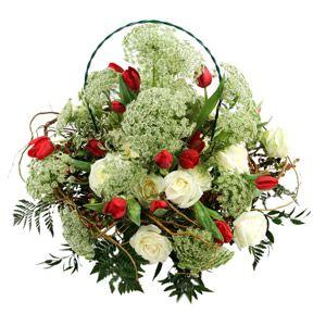 Cesto su base di felce cuoio e trachelium con rose bianche e tulipani rossi