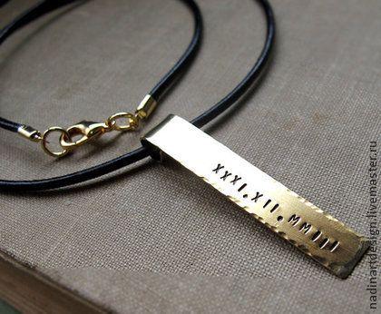 Кожаное ожерелье с подвеской. Украшение с гравировкой на заказ.