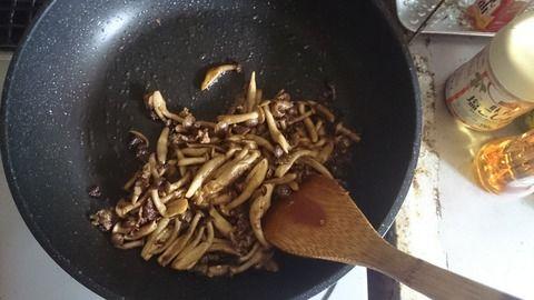 今日は好きなパスタレシピ紹介  材料 牛小間切れ ぶなしめじ パスタ1.7mm 海苔  調味料 オリーブオイル おろしにんにく 鷹の爪 醤油 バター ブラックペッパー 調理酒   調理 パスタは好きなものを茹でつつ  フライパンへ オリーブオイル 大さじ2 鷹の爪 1本 おろしニンニク 好きな量 バター 小さじ1 醤油  小さじ1 上記をフライパンで混ぜ合わせながら温めます 牛小間切れを炒め、火が通ったらぶなしめじを混ぜ合わせ炒めます。  全体に火がとおったら調理酒を投入、アルコールが飛んだら、ブラックペッパーを散らして味を整えます。