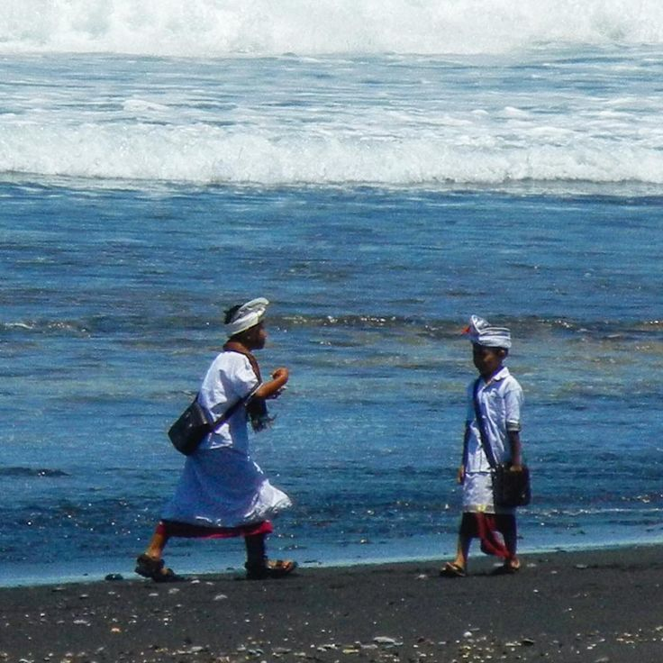 A local father & son (or maybe brothers?) in ceremonial dress on Keramas Pantai. Actually the whole family was there ready to give thanks to the Gods. Love moments in time like this.