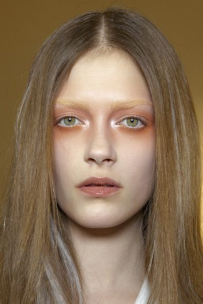 Valentino Spring 2010 - Backstage ( la dame a clairement pas l'air en forme, maquillage à éviter ;) ) ( mmmh i's a not-to-do make up !)