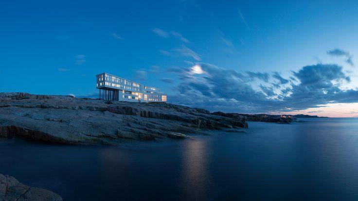 인생에서 단 하룻밤이라도 이곳에서 머물러보자. Fogo Island Inn Fogo Island, Canada 캐나다 포고 아일랜드 인 어떤 상황에 적합한가? 뉴펀들랜드(Newfoundland)에서 멀리 떨어진 이 섬은 일상에서의 탈출, 그 이상의 경험을 선사한다. 특히 사랑에 빠진 이들과 색다른 신혼여행을 찾는 이들에겐 완벽한 장소.  왜 특별한가? 기둥