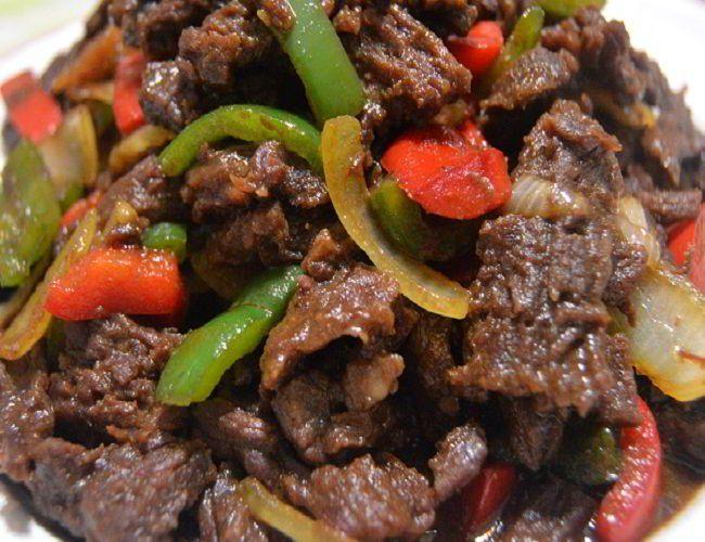 Dalam proses memasak Resep Daging Sapi Lada Hitam, daging harus benar benar empuk sebelum dicampur dengan bahan bumbu lada hitamnya. Gunakan kecap dan saos