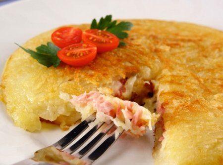 Receita de Batata Recheada com Presunto e Queijo - batata ralada sobre um pano de prato limpo e esprema bem. Aqueça uma frigideira ou omeleteira com 20 cm. Junte a manteiga e o azeite. Despeje...