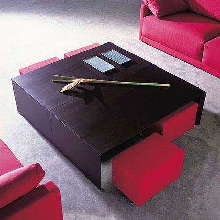 Mueble auxiliar compuesto por una mesita central y cuatro butacas. Ideal para salones con poco espacio.