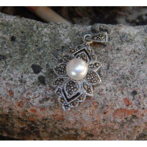 Liontin perak motif pohon natal  Dimensi: 38x28x11mm  Bahan: Perak 925  Cocok digunakan sehari hari, Liontin perak asli buatan pengrajin dari Bali.  Atau juga bisa untuk dijadikan sebagai hadiah.