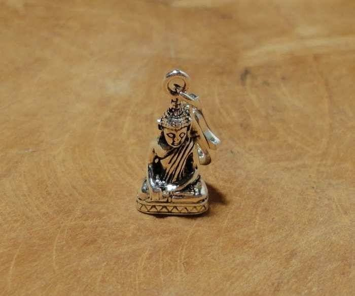 Fair Trade bedel uit Thailand gemaakt van sterling zilver (925) met een beeldje van Boeddha. Dit bedeltje is driedimensionaal. Deze Boeddha vond verlichting onder de heilige bodhiboom, nadat hij een rijk leven achter zich liet en vele ontberingen in het leven leerde kennen.