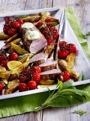Schweinefilet aus dem Ofen mit Kartoffeln, Salbei und Kirschtomaten Rezept: Personen,Salbei,Butter,Salz,Pfeffer,Rispe,Kartoffeln,Knoblauchzehen,Schweinefilet,Olivenöl,Frischhaltefolie,Alufolie