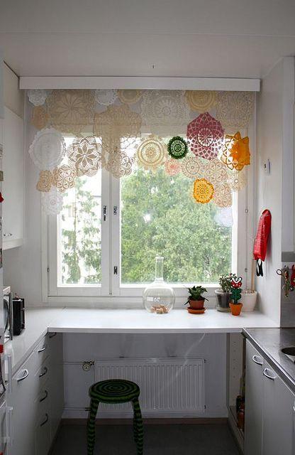 キッチンの窓を華やかにするレーシーなカーテン。鍋敷きを繋ぎあわせたようなデザインでかわいい。