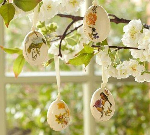 arbre de Pâques avec des oeufs colorés