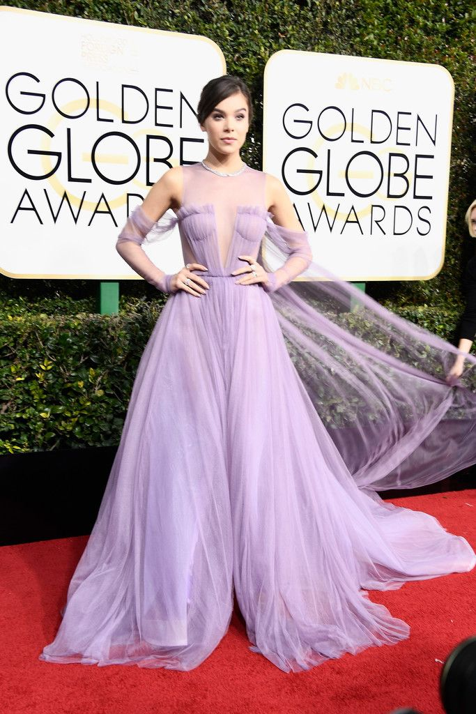 Singer/actress Hailee Steinfeld attends the 74th Annual Golden Globe Awards at The Beverly Hilton Hotel on January 8, 2017 in Beverly Hills, California. | #HaileeSteinfeld in #VeraWang