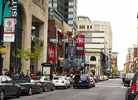 Downtown © Tourisme Montréal, Pierre-Luc Dufour - West Sainte-Catherine Street
