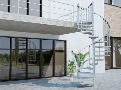 Pas de perte de place sur la terrasse avec ce bel escalier d'extérieur en colimaçon, l'Echelle Européenne