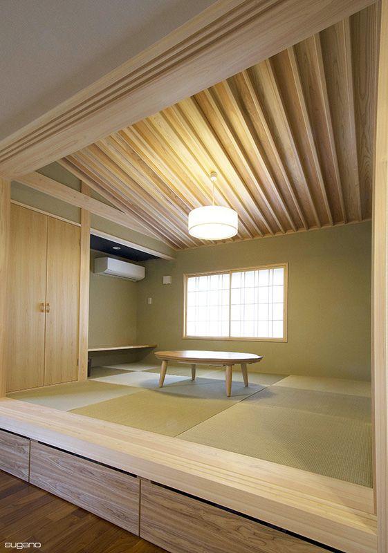 LDKに隣接して6帖の畳コーナー。天井は杉の棹縁勾配天井。床には40cmの段差をつけ、引出として利用しました。#和風住宅 #畳コーナー #和室 #琉球畳 #家づくり #設計事務所 #菅野企画設計