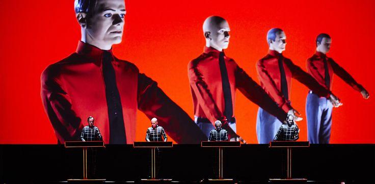 Kraftwerk em Portugal com a Red Bull Music Academy  Os Kraftwerk — pioneiros da música eletrónica — regressam ao nosso país no próximo Verão pela mão da Red Bull Music Academy. Com origem nos anos 70 do século passado, os alemães são os cabeça de +info em http://wp.me/p5MaUC-5Ap  #KRAFTWERK #RedBullMusicAcademy #VodafoneParedesDeCoura2015