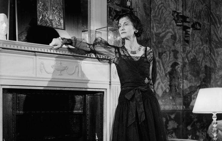 """Paradoxul lui Coco Chanel: """"Cu cât bărbatul e mai prost și mai ratat, cu atât…"""" – Extra News"""