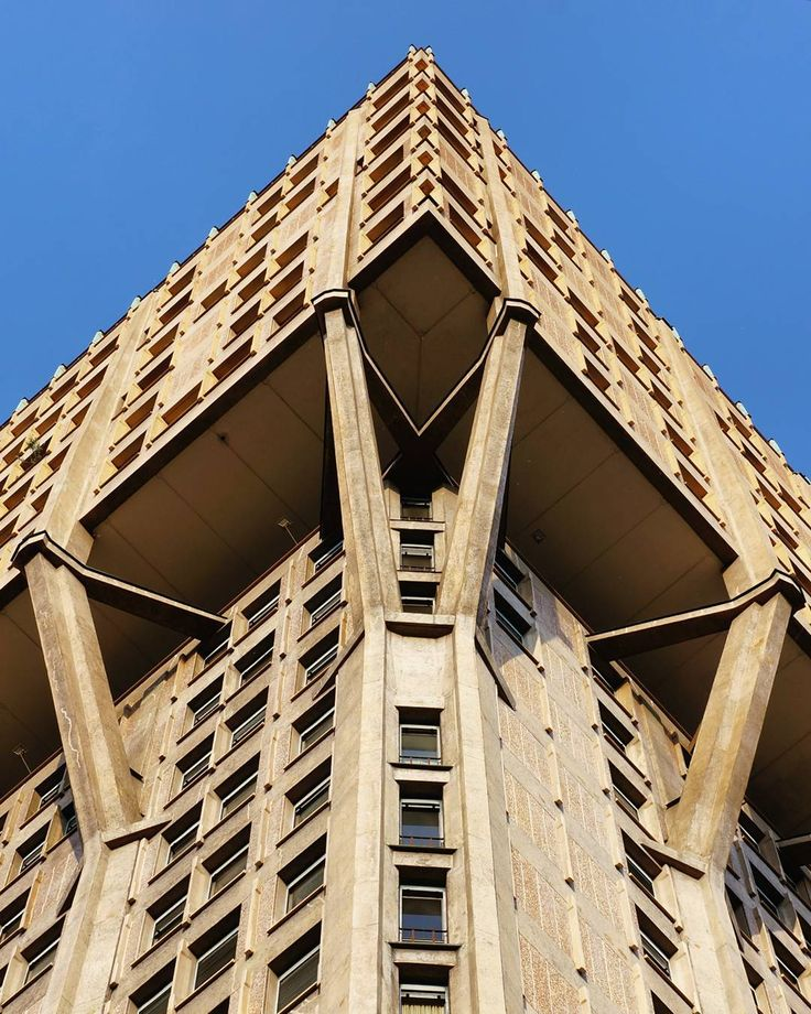 Torre Velasca/ BBPR 1956-1958 #latergram #Italy #Milan #architecture #brutalism #brutal_architecture #modernarchitecture #skyscraper #torrevelasca #facade #details  #Архитектурные #сказкинаночь by zarolga