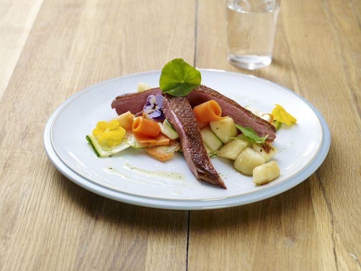 Wstążki z marchewki i cukinii z grillowaną piersią kaczki