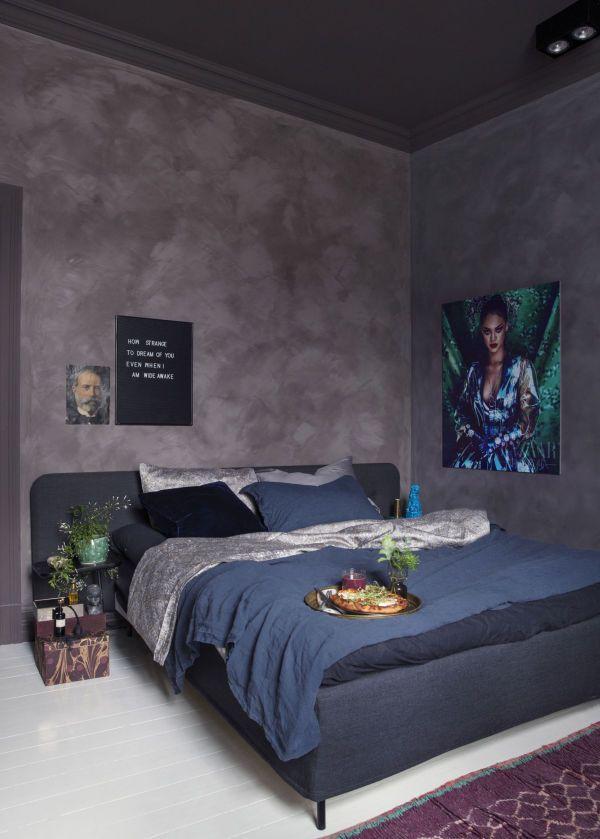 BEHAGELIGE FARGER: Farger som mørkeblått og lilla kombinert med kalkmaling på veggene gjør at soverommet får et lunt og behagelig uttrykk. Foto: Yvonne Wilhelmsen/lazydays.no