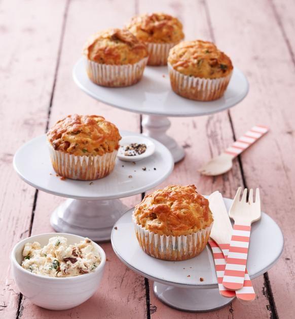 Muffins mit würziger Chorizo, Manchego-Käse, getrockneten Tomaten, Thymian und Petersilie - ein herzhafter Partysnack.