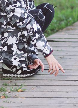 Today's Hot Pick :ミッキーマウス入りカモフラージュ柄ジップアップパーカー http://fashionstylep.com/SFSELFAA0016922/coiija/out 伸縮性のあるスウェット素材を使ったフード付きジップアップパーカーです。 全体にあしらわれたミッキー入りカモフラージュ柄がユニークなアイテム☆ しっかり厚みのある素材使用でオータムシーズンに重宝すること間違いなし!! シンプルなニットトップスとのレイヤードがオススメです。 ◆2色:カーキ/グレー