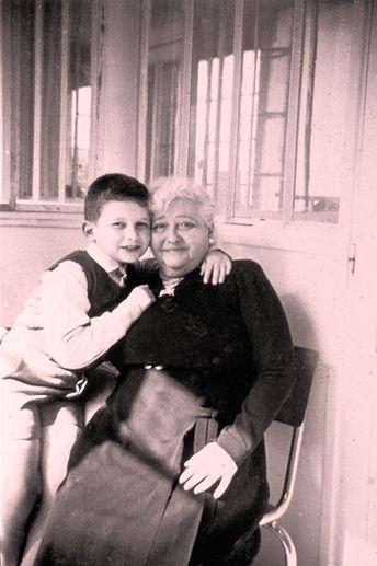 La influencia de su abuela, esteticista profesional en la época, hizo que se interesara por el arte de la belleza y la transformación de la persona a través de la moda