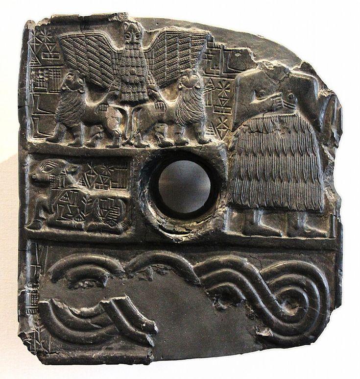 Relief perforé de Dudu Sumer 1a/6 Cette plaque votive, perforée en son centre et sculptée en bas-relief, est caractéristique de l'époque des dynasties sumériennes archaïques. Le motif narratif y apparaît, comme il est de tradition, organisé en registres superposés. Une inscription en sumérien désigne le personnage représenté comme étant Dudu, grand prêtre du dieu Ningirsu sous le règne d'Entemena, souverain de Lagash vers 2450 avant J.-C. Occupant la hauteur de deux registres, le grand…