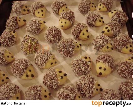 Vánoční cukroví - ořechoví ježci 35 dkg hlad mouky 20 dkg Hery 5 dkg cukru krupice 1 žloutek vlašské ořechy dle potřeby čokoláda na vaření strouh kokos dle potřeby Postup přípravy receptu Z hladké mouky, Hery, cukru a žloutku vypracujeme těsto, uležet v chladnu, půl dne. Pak do kousku těsta dáme půlku jádra vlašs ořechu, ukoulíme kuličku a vytvarujeme čumáček do špičky. Pečeme 10-15 min na 170° Po vychladnutí máčíme prdelky v rozpušt čokoládě a obalíme v kokosu. Uděláme oči a čumáček…