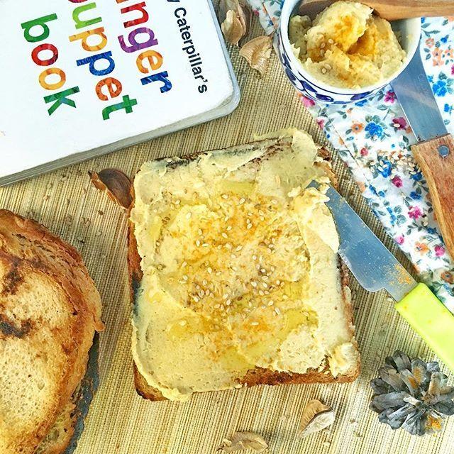TODTA DE HUMMUS DE ALUBIA BLANCA Y CÚRCUMA .  Hoy el almuerzo ha sido con pan de molde integral de centeno y espelta con un hummus de alubia blanca. .  Una forma sencilla, rica y sabrosa ya sea en tostada, sandwich, con chips o palitos de dar legumbres. .  Feliz día a todos!  .  INGREDIENTES bote alubias blancas aceite de oliva ppf 1 ajo asado 1 cuch cúrcuma 1 cuch tahini 1 pizca de canela 1 pizca de pimentón 1 pizca de sal marina