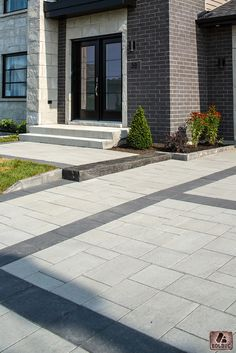Pavé Citadin modulaire, gris granite et noir avec marche fusion charbon.   Citadin modular paver, granite gray and black and fusion step, charcoal.