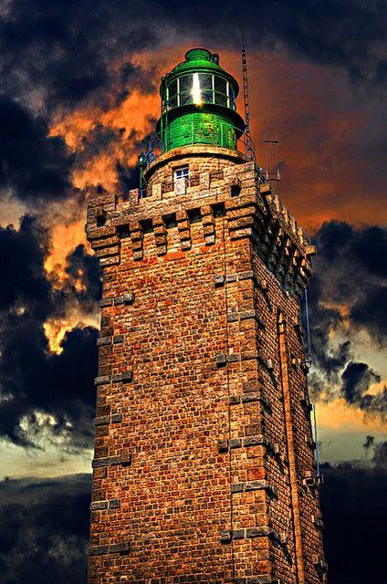 Il vecchio faro (o torre Vauban), in granito, fu costruito sotto Luigi XIV nel 1650. Il faro attuale, risalente al 1950, domina il mare da un'altezza di 103 metri. Durante le giornate limpide, è possibile scorgere le Isole del Canale.