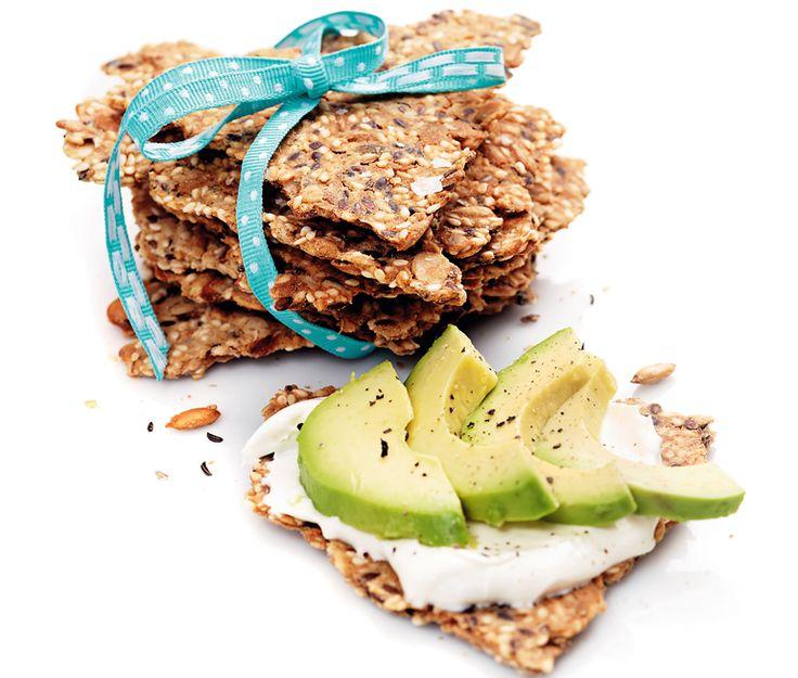 Glutenfritt kumminknäcke fyllt med nyttiga frön. Havregryn blandas med solrosfrön, sesamfrön, pumpakärnor och linfrön. Allt blandas med kokos- och bovetemjöl samt rapsolja. Bryt knäckebrödet i bitar.