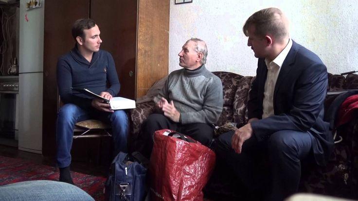 Юрий Степанович общается с представителем американской организации свиде...