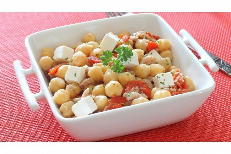 Тёплый салат с нутом и сыром